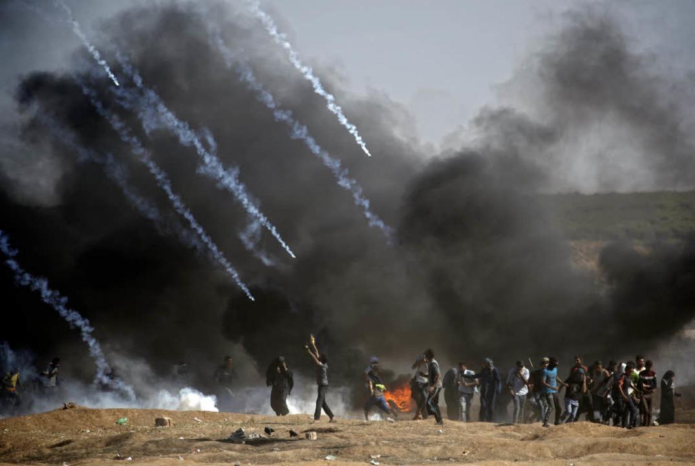 Auf Demonstranten wird Tränengas gefeuert.  | Foto: AFP