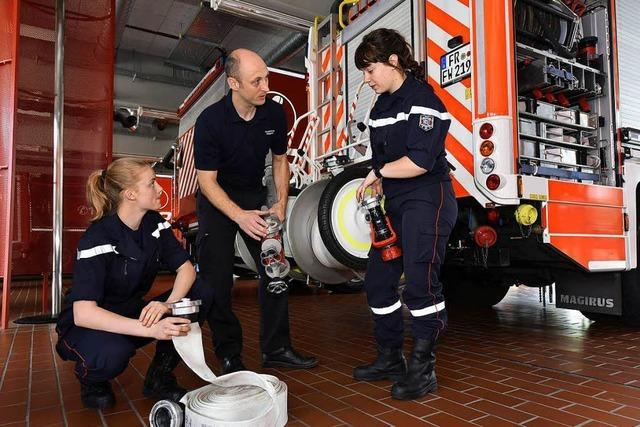 Zwei französische Feuerwehrfrauen machen ein Praktikum bei der Freiburger Wehr
