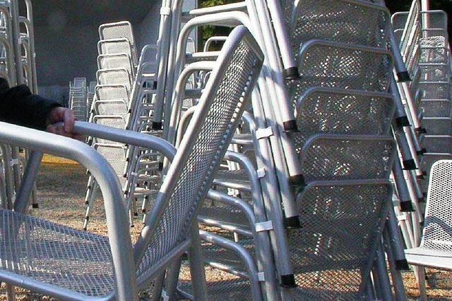 Unbekannte zerstören Metallstühle im Schlosspark