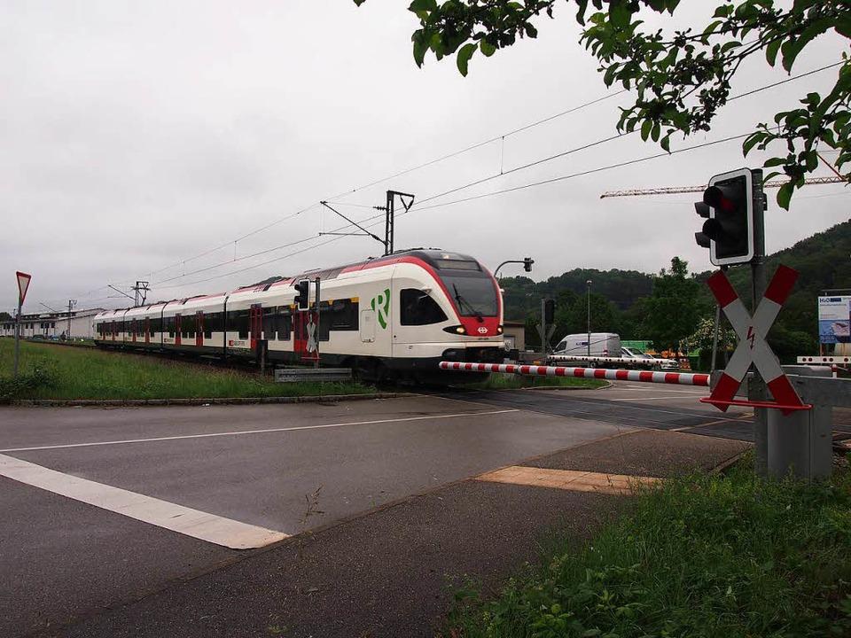 Außer einem leicht verbogenen Absperrp...m Bahnübergang Daimlerstraße zu sehen.  | Foto: Gabriele Poppen