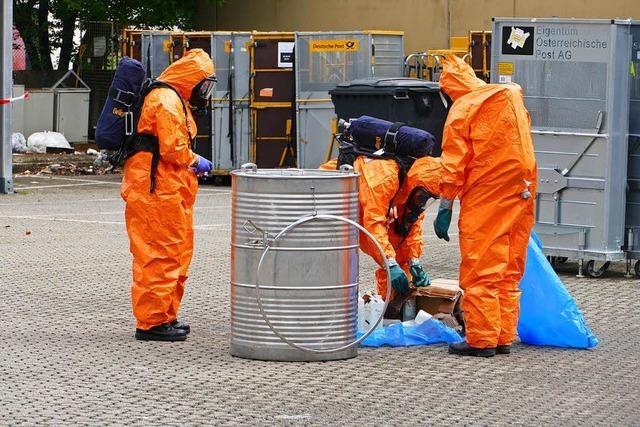 Feuerwehr sichert Paket mit ausgelaufener Ameisensäure