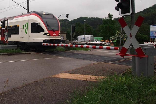 Schwertransporter kollidiert mit Zug der Wiesentalbahn in Steinen