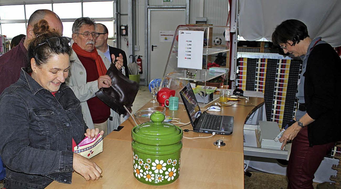 Petra Lang, ehrenamtliche AWO-Helferin...n, sie fand eine Bowle, die ihr gefiel    Foto: Rolf Reißmann