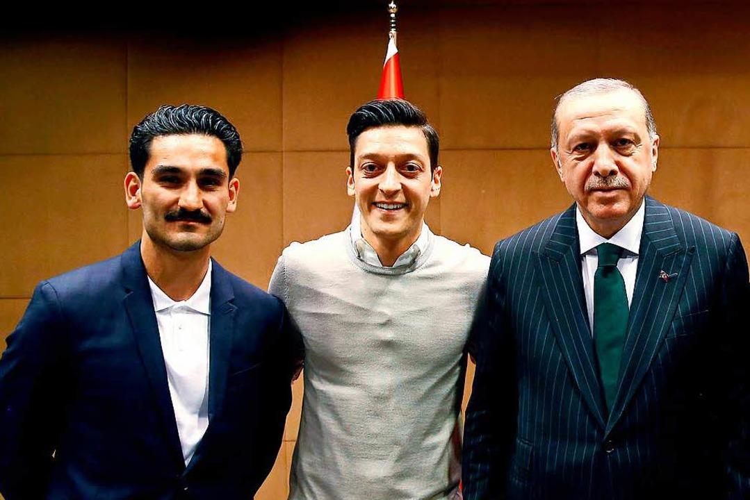 Fußball-Nationalspieler posieren mit Erdogan.  | Foto: dpa
