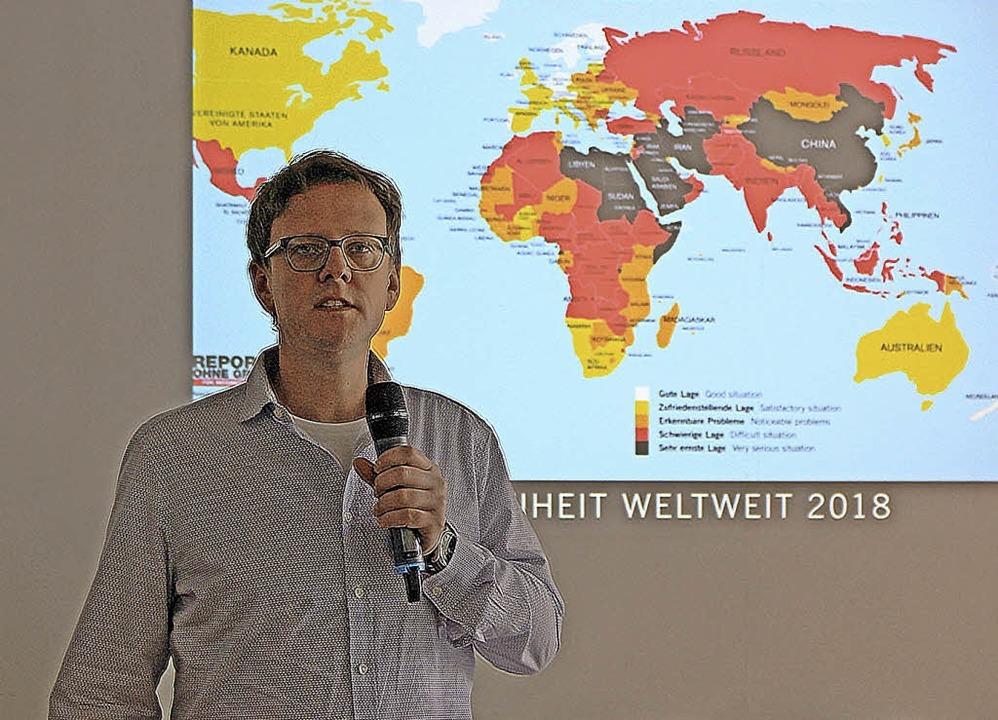 Der Journalist Benno Stieber sprach in...nasium über das Thema Pressefreiheit.   | Foto:  GSG/Michael Ohnemus