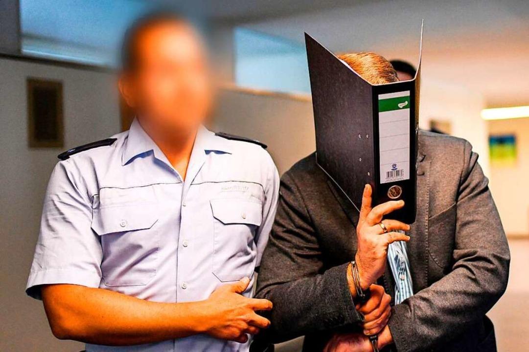 Der Angeklagte Knut S. auf dem Weg ins Gericht.   | Foto: dpa