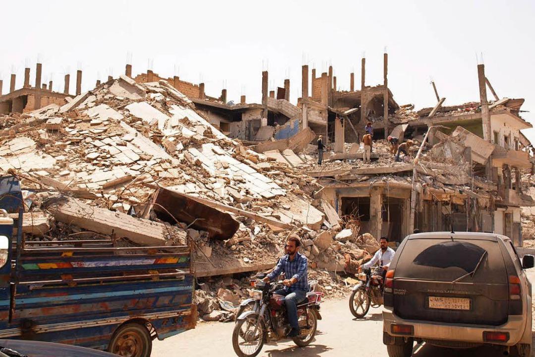 Noch immer sind die Einwohner Rakkas d...en sie dabei immer wieder auf Leichen.  | Foto: Rehmann