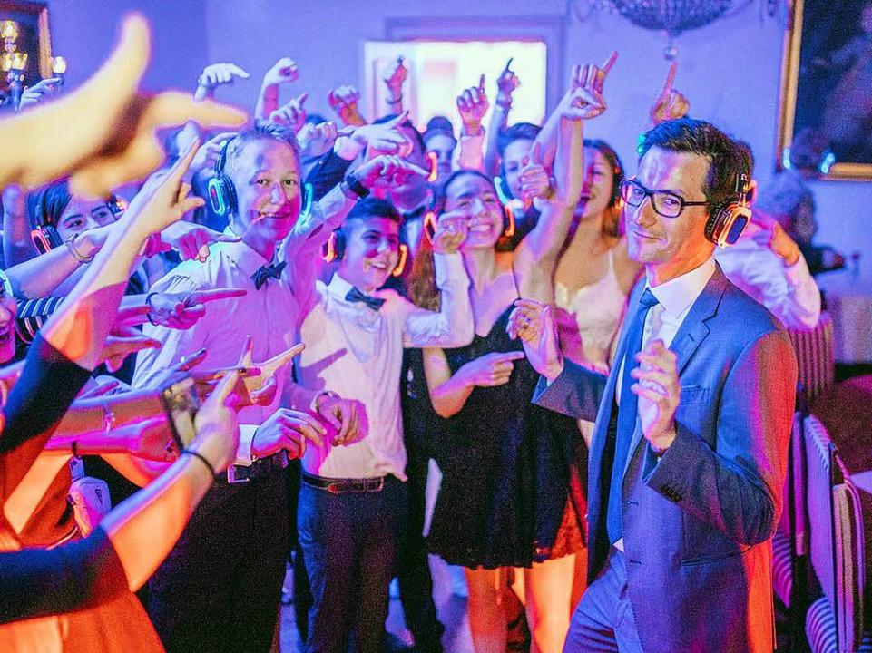 Martin Horn tanzt bei der Silent Disco...und wird von jungen Menschen gefeiert.  | Foto: Fionn Große