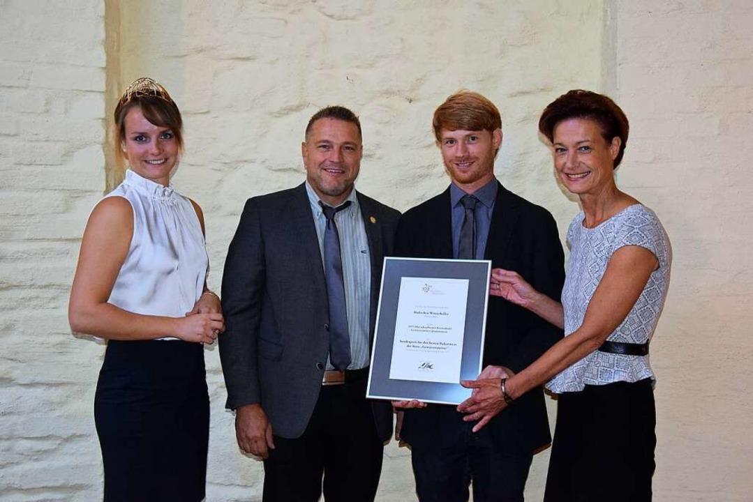 Monika Reule überreicht die Urkunde an... Lena Endesfelder (ganz links im Bild)  | Foto: privat