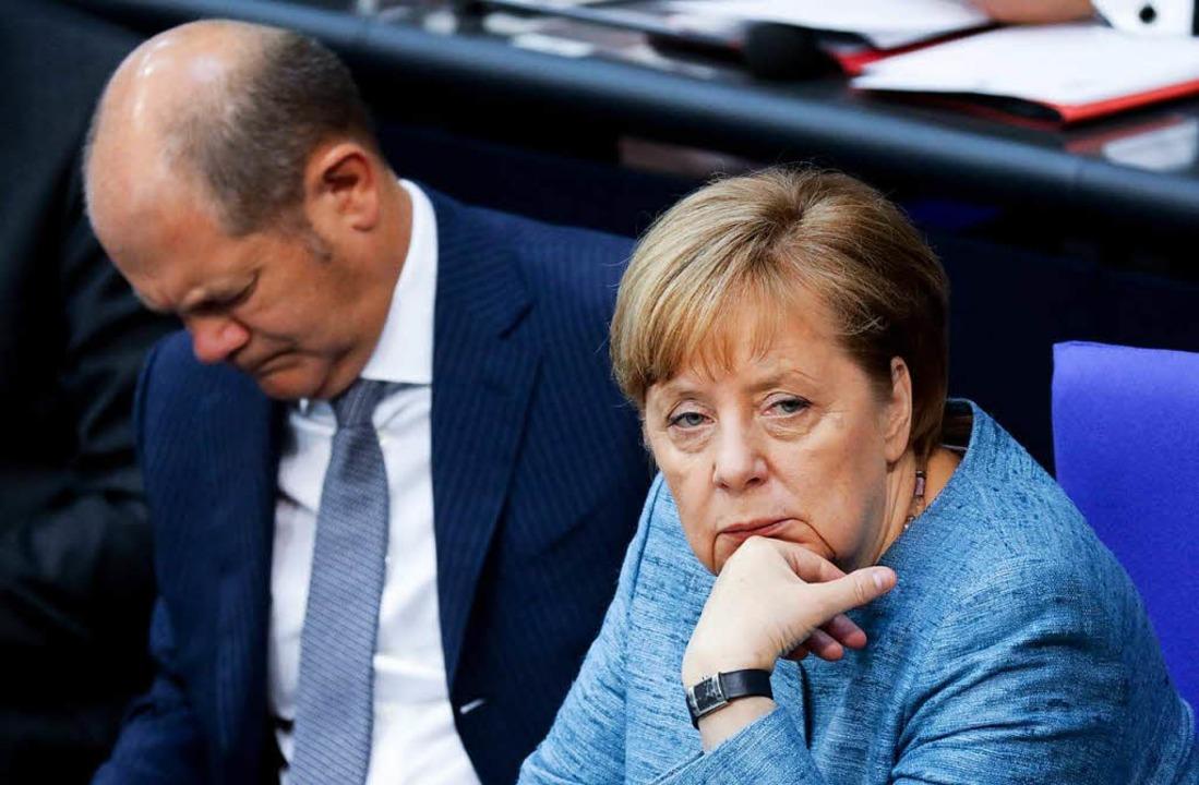 Olaf Scholz (links) stehen stürmische ...t vor allem aus seiner eigenen Partei.  | Foto: dpa