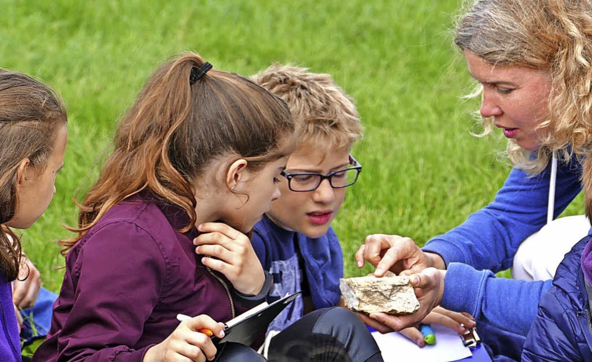 Anja Döring (rechts) erklärt den Schülern Naturphänomene.   | Foto: Lena Roser