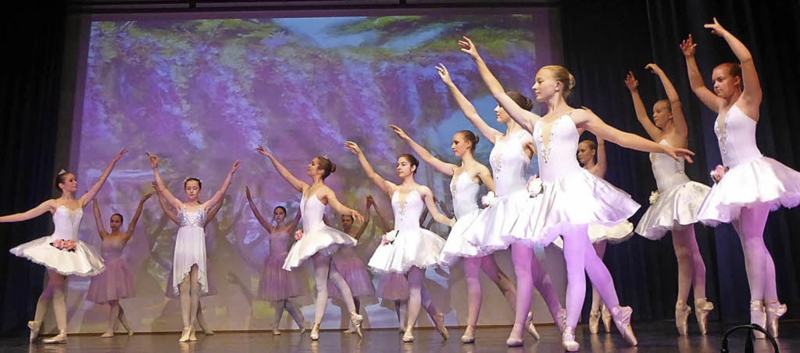 Die Tänzerinnen erfreuten mit einer Mischung aus Spielfreude und Disziplin.  | Foto: Anne Freyer