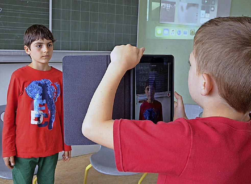 Zwei Schüler im  Hector-Kinderakademie...20;  bei der Aufnahme eines Interviews  | Foto: textdirekt