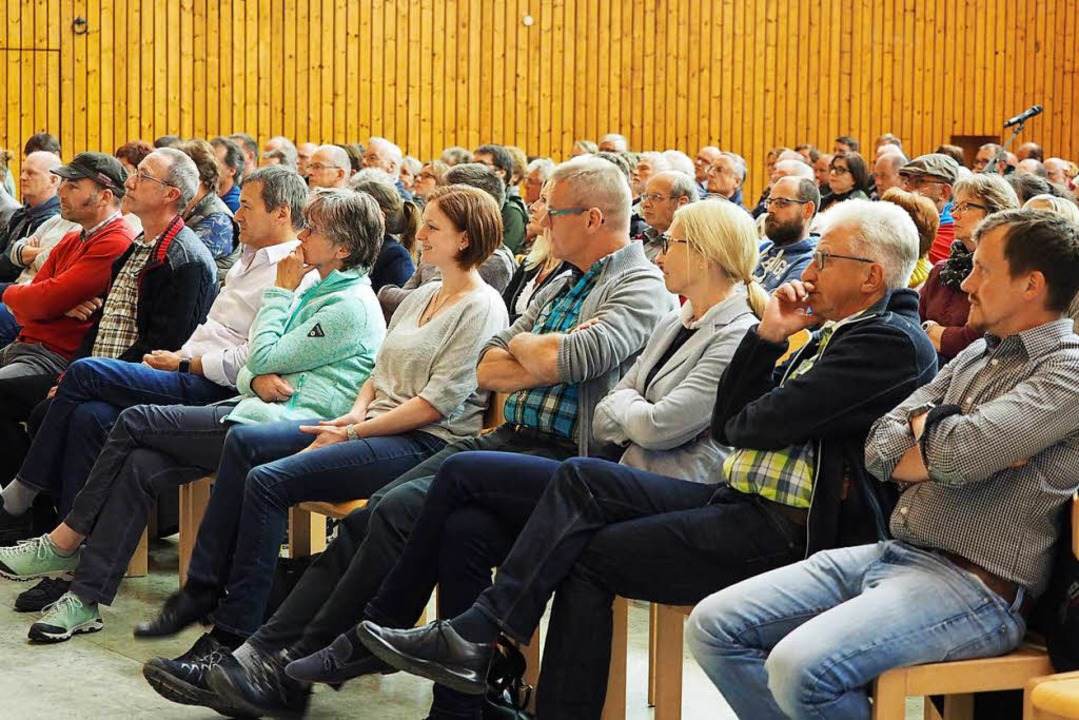 Feldberger Bürger und die Gemeinderäte...Stefan Wirbser   in der Feldberghalle.    Foto: Susanne Gilg