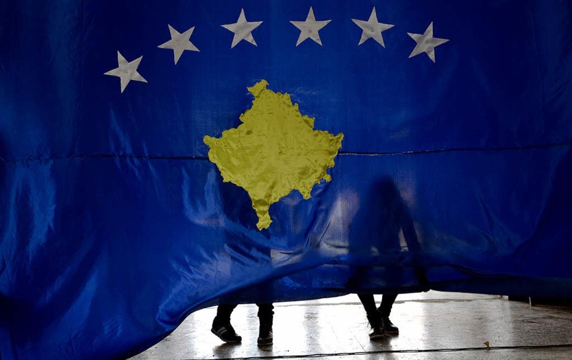Mehr Sterne für die EU? Zwei Schüler i...osovo eine Nationalflagge des Landes.   | Foto: dpa
