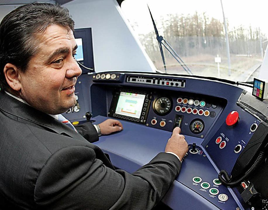 Sigmar Gabriel im Jahr 2006, damals no...haus  einer  S-Bahn der Firma Alstom.   | Foto: dpa