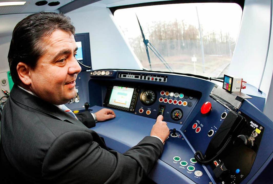 2006 – da war er Bundesumweltmin... schon mal eine Alstrom-S-Bahn Probe.   | Foto: dpa