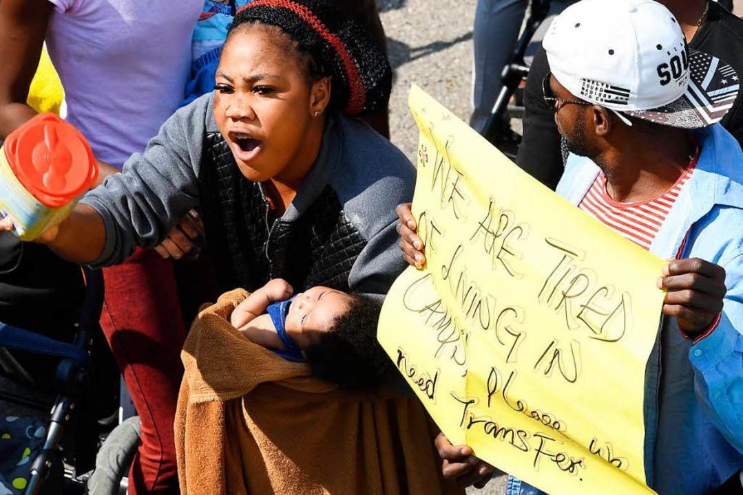 Als die Presse kam, protestierten die Bewohner des Transitzentrums lautstark.   | Foto: AFP