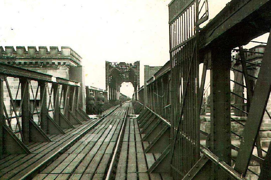 Bis 1945 fuhren die Züge zwischen Frei...e 1878 gebaute Breisacher Rheinbrücke.  | Foto: Stadtarchiv Breisach am Rhein