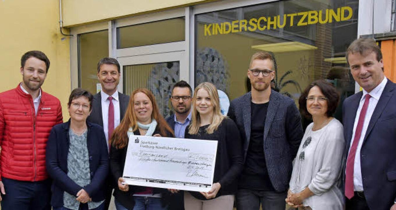 Freude über die Spende: Michael Gleich...derschutzbund) und Bernhard Schmolck.   | Foto: Dieter ERggelet
