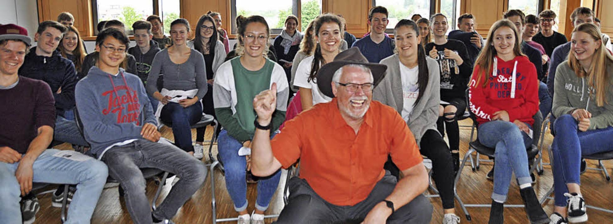 Hatten viel Spaß: Staufener Gymnasiasten und US-Generalkonsul James W. Herman.  | Foto: Rainer Ruther