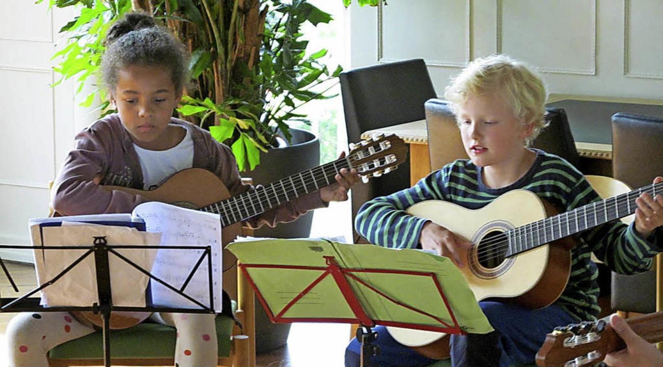 Zwei junge Musiker  des Mandolinenvereins beim  Vorspiel.   | Foto: Verein