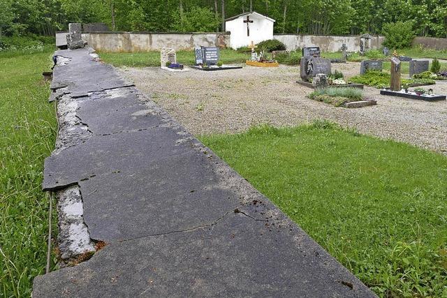 Die alte Friedhofsmauer wird saniert