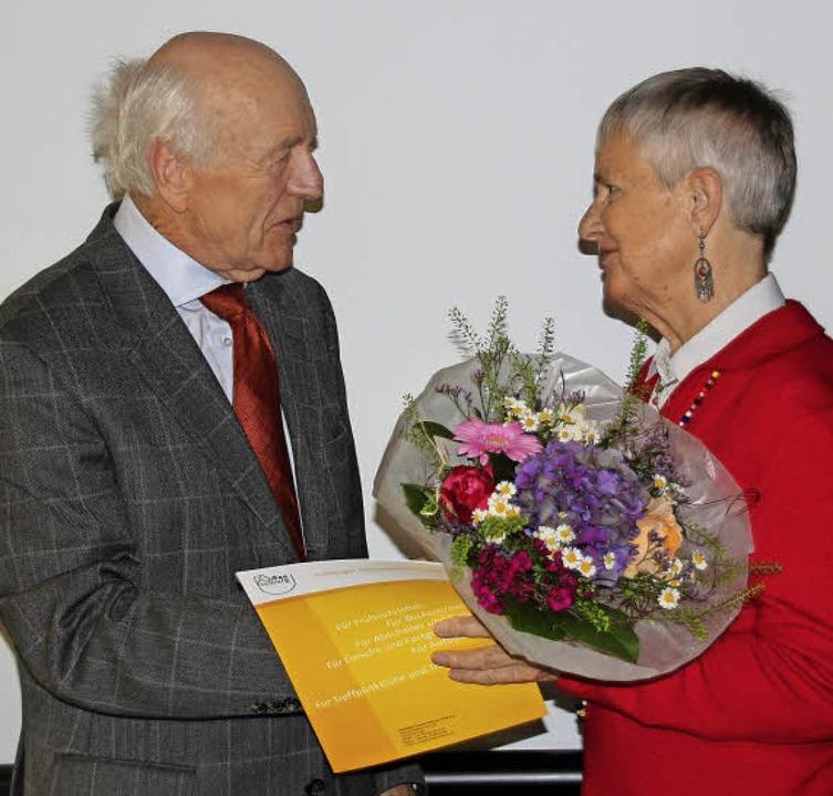 Präsident Norbert Nothhelfer  überreic...usragendes ehrenamtliches Engagement.   | Foto: FT