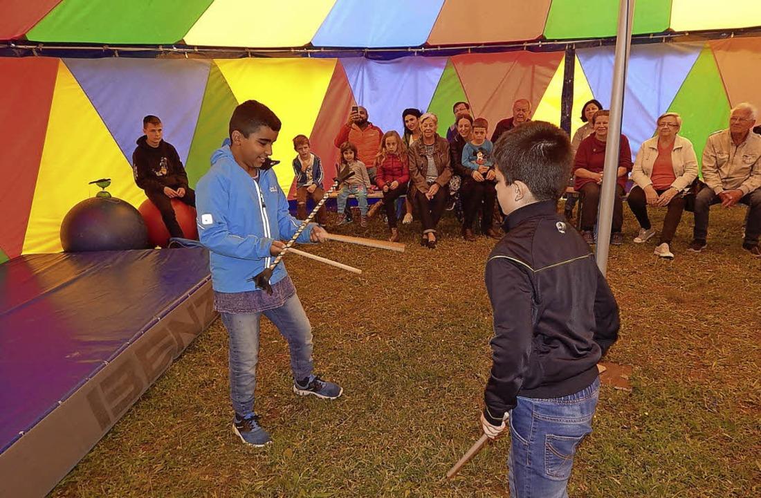 Jonglieren, balancieren, begeistern: D...end des Zirkusprojekts gelernt haben.   | Foto: Claudia Gempp
