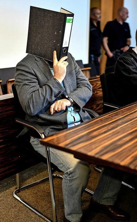 Ein leerer Aktenordner war während der...ndung ständiger Begleiter von Knut S.   | Foto:  dpa