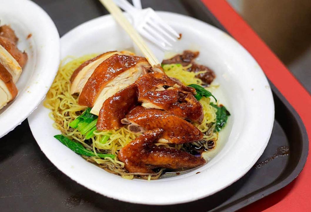 Soya-Sauce-Hühnchen mit Nudeln im &#82... Sterne-gekrönten Streetfood-Geschäft.  | Foto: Wallace Woon