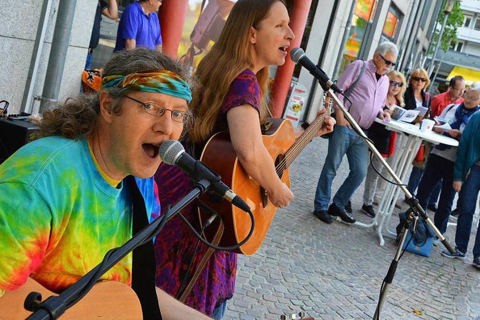 Sing with us!  mit Tina & Jo bei der BZ Lörrach auf dem Marktplatz zur  Aktion Dreimatland  - Der BZ-Regiokompass (Foto: Barbara Ruda)