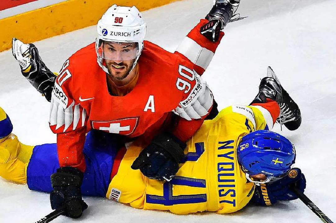 Roman Josi (rotes Trikot) und der Schwede Gustav Nyquist.    Foto: AFP
