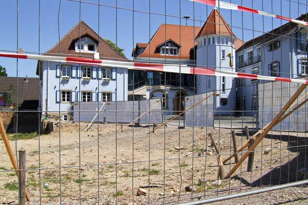 Was ist drunter? Die Baustelle vor dem Bad Krozinger Rathaus.    Foto: Susanne Müller