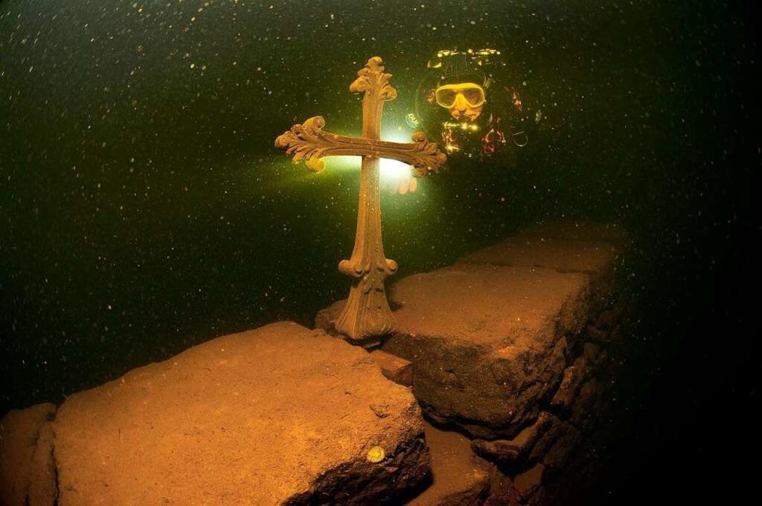 Ein Kreuz, das Taucher hinuntertrugen.  | Foto: holger hambrecht
