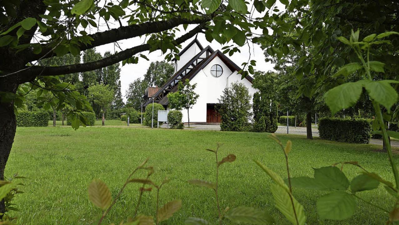 Das Gelände rund um die Kirche soll bebaut werden.   | Foto: Rita Eggstein