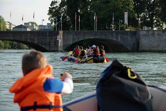 Mit dem Gummiboot auf dem Rhein