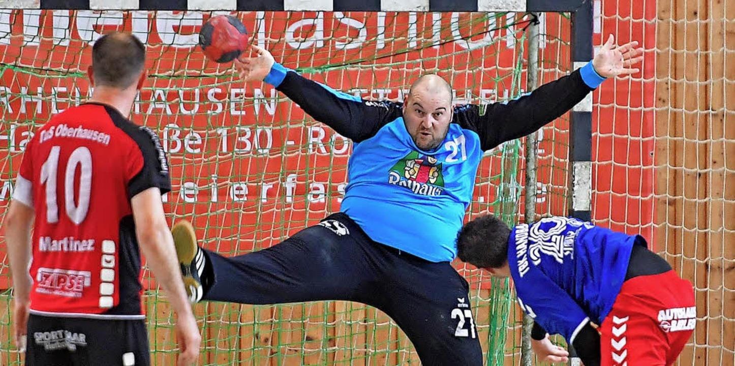 Überragend: TuS-Torhüter Lionel  Gasse...r Michael Fedorov (re.) verzweifeln.    | Foto: Keller