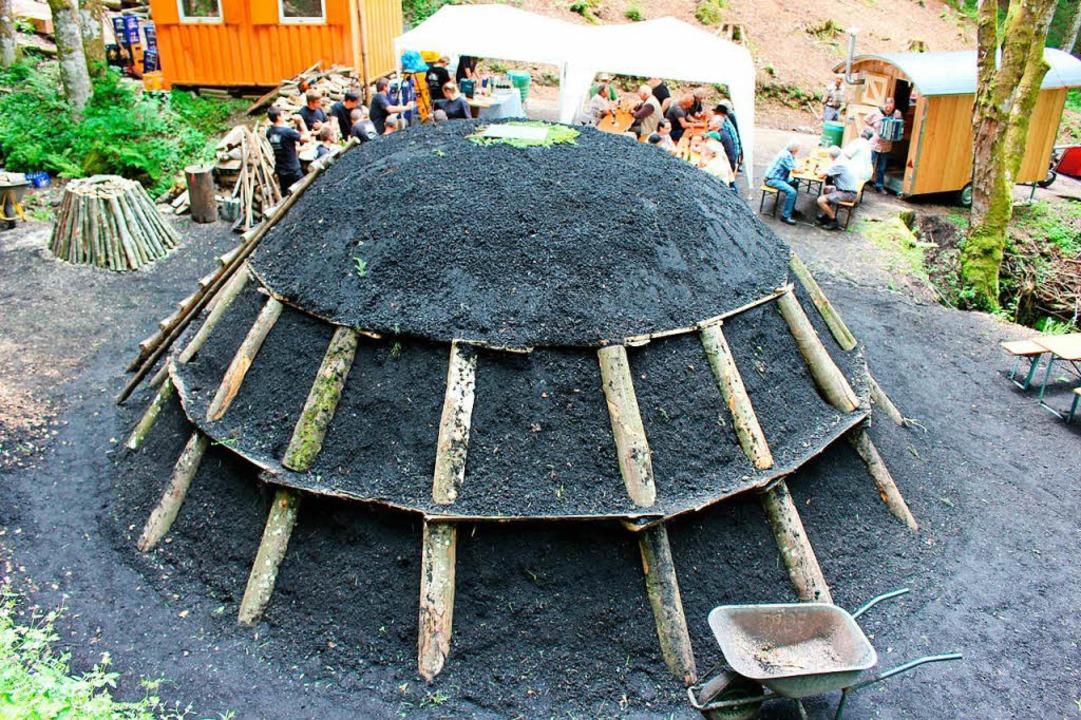 Nicht auf, aber neben heißen Kohlen si...eden. Dieser wirkt wie ein Vulkanberg.    Foto: Martin Klabund