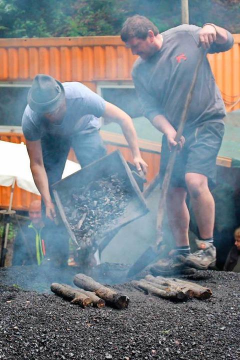 Glut wird in  die Quandelöffnung eingefüllt.    Foto: Martin Klabund