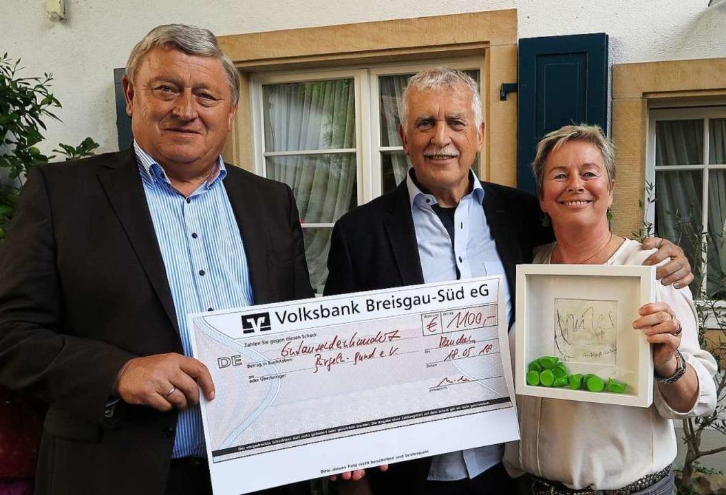 Bei der Spendenübergabe (von links):  ...nd Gastgeberin Heidi Schwarz-Schindler  | Foto: Dorothee Philipp