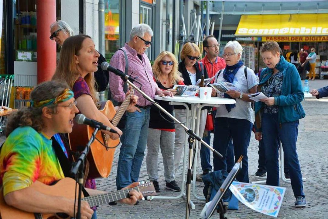 Kommt gut an: Das BZ-Mitsingkonzert mit Tina & Jo auf dem Marktplatz.  | Foto: Barbara Ruda