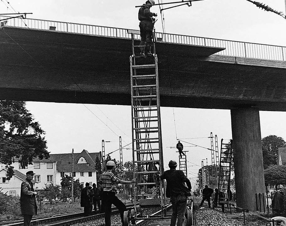Arbeiten am Fahrdraht auf Holzleitern.  | Foto: Armin E. Möller