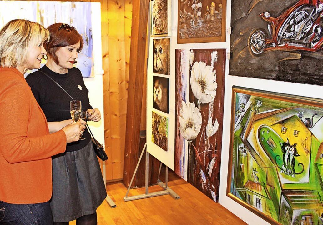Bei der Vernissage im Klösterle konnte...Künstlerin Valentina Reiter bestaunen.  | Foto: Martin Klabund