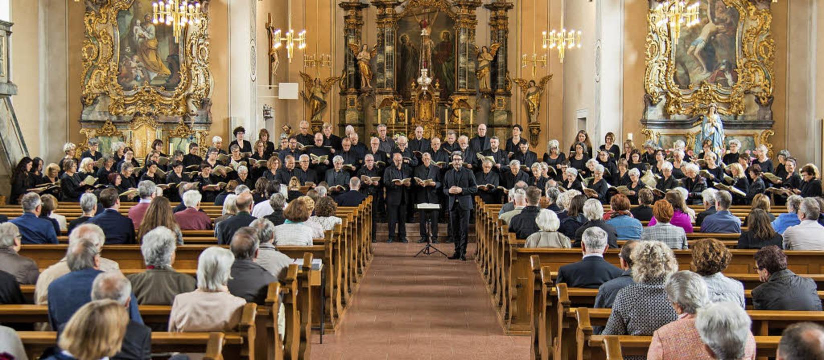 Etwa 120 Zuhörerinnen und Zuhörer laus...der Heilig-Kreuzkirche in Münchweier.   | Foto: Olaf Michel