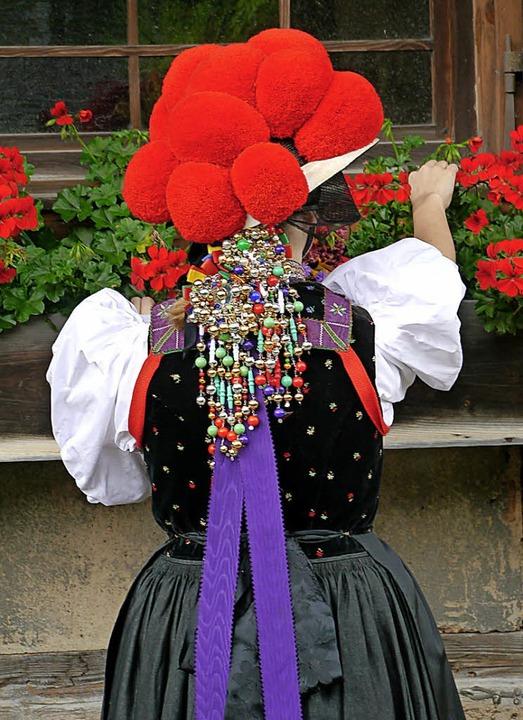 Zwei Gutacher Bollenhutträgerinnen sin...tag auf dem Museumsgelände unterwegs.     Foto: Wendelinus Wurth