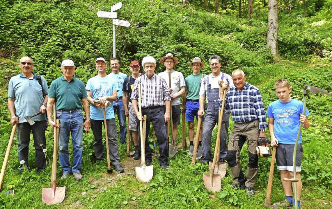 Aktive von Schwarzwaldverein und Radfahrverein nach getaner, gemeinsamer Arbeit   | Foto: Privat