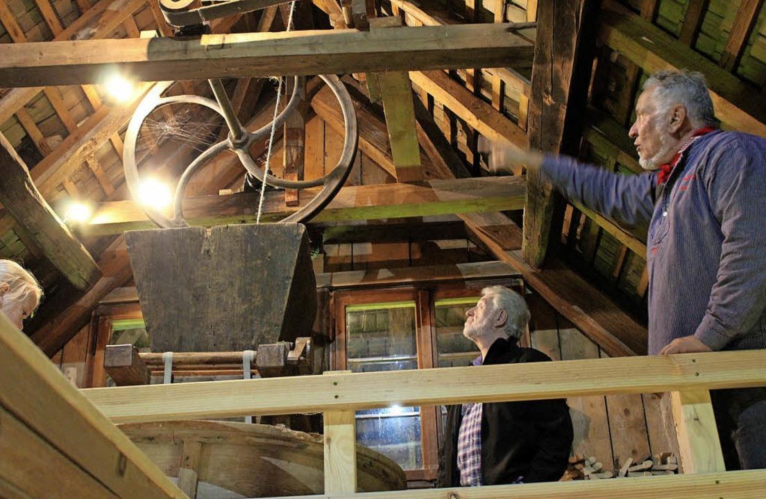 Theo Hirschbihl erklärt, wie das Rieme...ühle im Gassenbauernhof funktioniert.     Foto: Erich Krieger