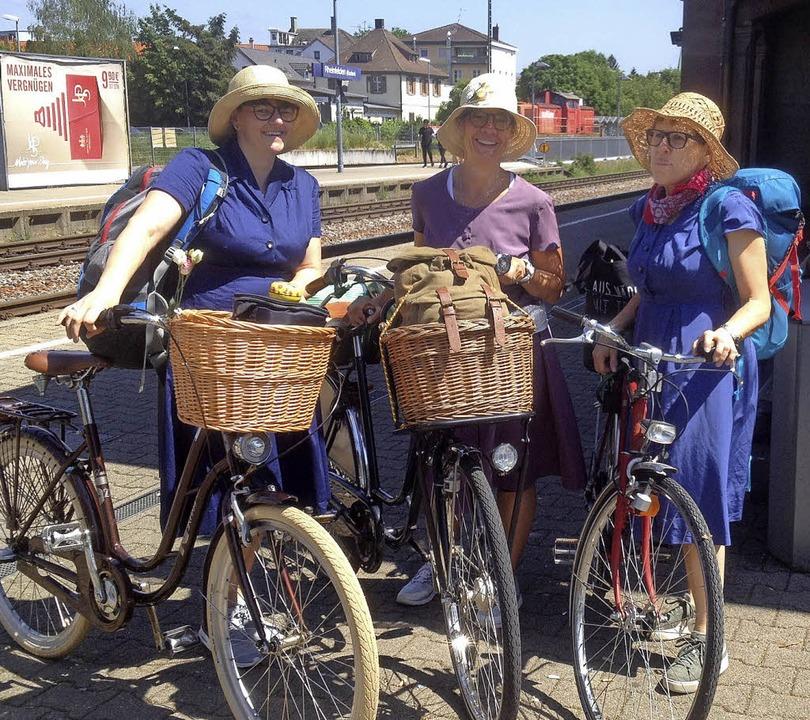 Bester Laune unternahmen Bettina Räthe...e Fahrradtour in historischem Outfit.     Foto: Privat