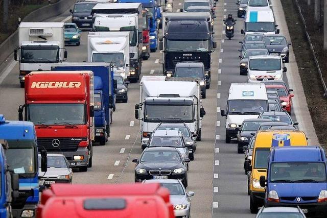 Unfall mit drei Lastwagen fordert zwei Verletzte